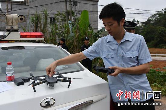 图为执行干警在调试无人机进行航拍。法院供图