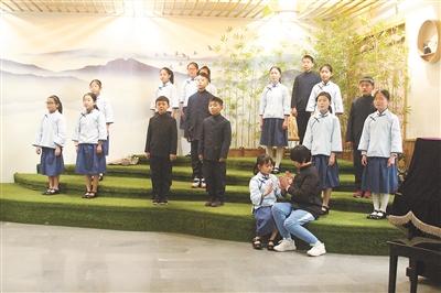 孩子们表演《月光谣》 吴昊斐 摄