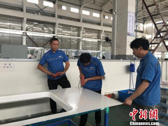 新疆草原大县600余名农牧民赴内地企业当蓝领