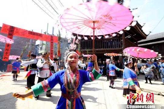 广西侗乡庙会展侗族风情 传统戏剧吸睛