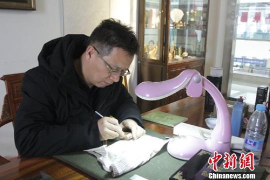 新疆微雕艺术家独特绝活 毫厘间雕刻奇妙世界