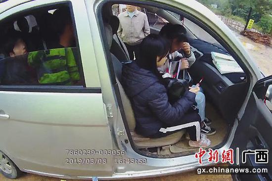 图为涉事面包车里坐满学生。交警部门供图