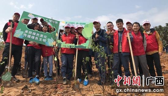 """工行南宁民族支行积极与广西南方电网建设分公司携手开展""""捐一本书 种一棵树""""公益植树活动 何铌 摄"""