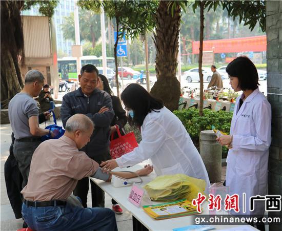 替病人测量血压。