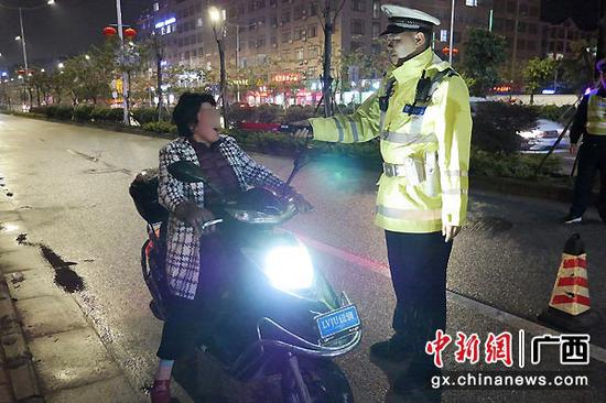 图为交警对电动车驾驶员开展酒精测试。警方供图