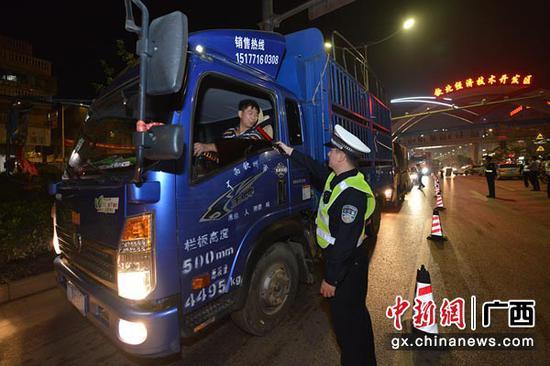 图为交警对货车驾驶员开展酒精测试。警方供图