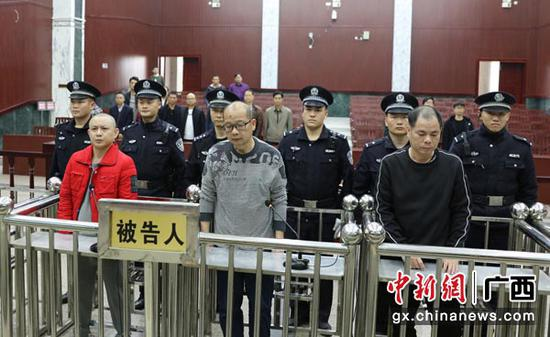 图为三名被告人听取判决。法院供图