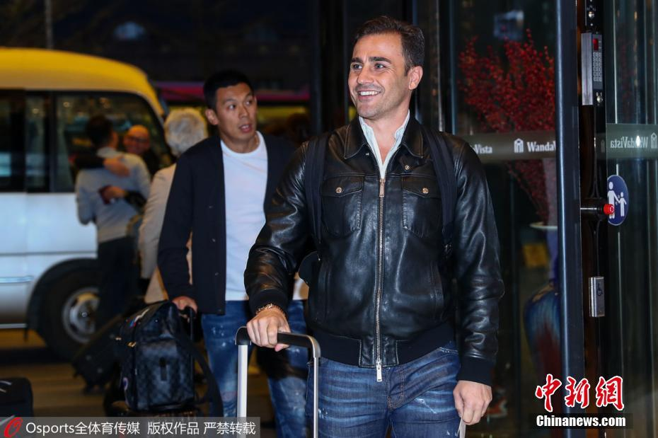 中国国家男足集训队抵南宁 新任主帅卡纳瓦罗受欢迎