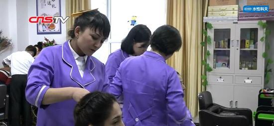 """新疆教培中心女学员""""变形记"""":从蒙面长袍到化妆美容"""