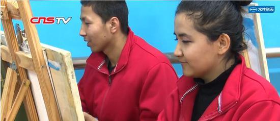 """新疆教培中心""""享受""""绘画的女孩:以画感受中国大好河山"""