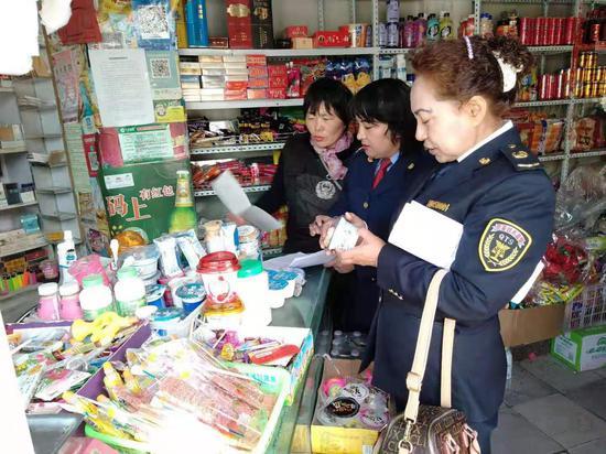 执法人员在检查商店