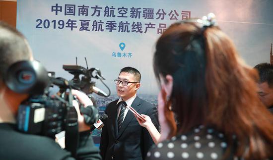 南航新疆分公司市场销售部副经理钟斌称,新航季南航将开通广州-乌鲁木齐-维也纳航线。张思维摄
