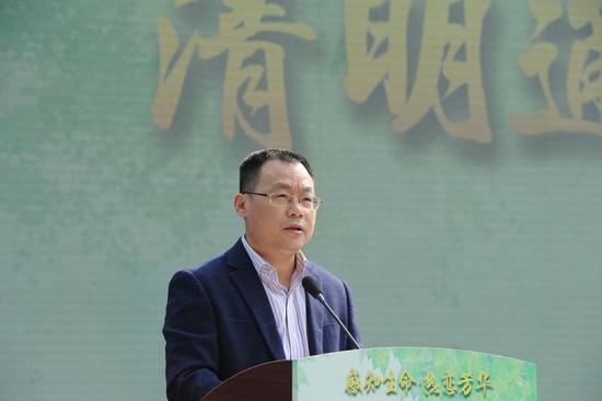 图为:杭州市民政局副局长余岱在介绍清明期间的安全管理工作。  张茵 摄