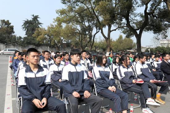 图为:多位学生参加活动。  张茵 摄