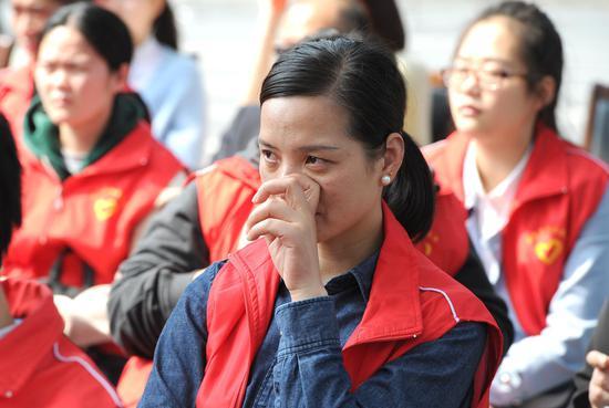 图为:一名志愿者观看情景剧《告别》时动情落泪。  张茵 摄