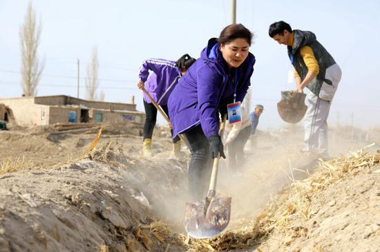 驻村工作队们的清渠工作在有条不紊的进行着。