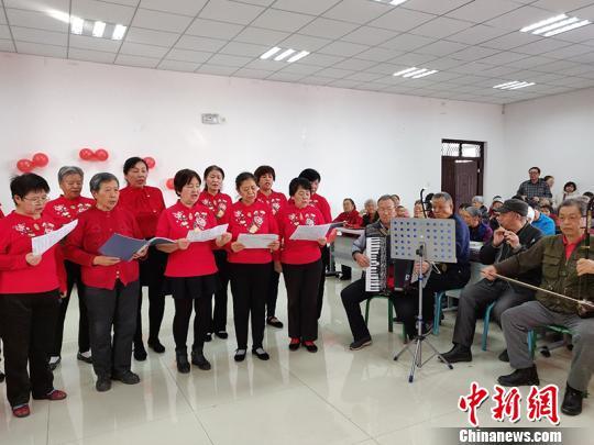 新疆兵团老年乐队用歌声传递快乐 平均年龄超72岁