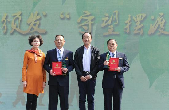 """图为:杭州殡仪馆工作超过40年的傅福生和曹建国获得""""守望摆渡人""""奖项。  张茵 摄"""