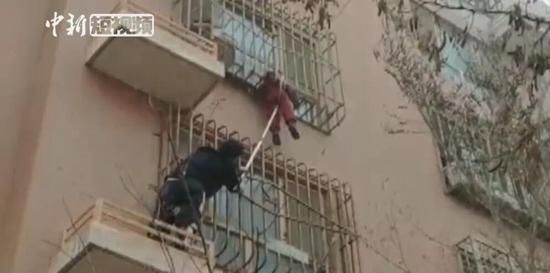 惊险!家门反锁 3岁男童被卡4楼防盗栅栏成功获救