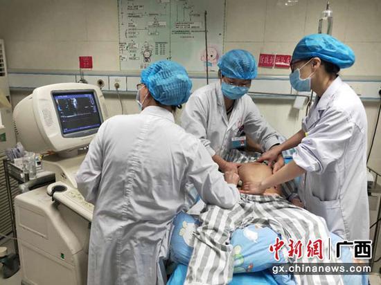 图为医务人员正在实施外倒转术。何凤英  摄