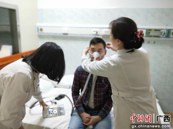 图为患者在接受诊疗。