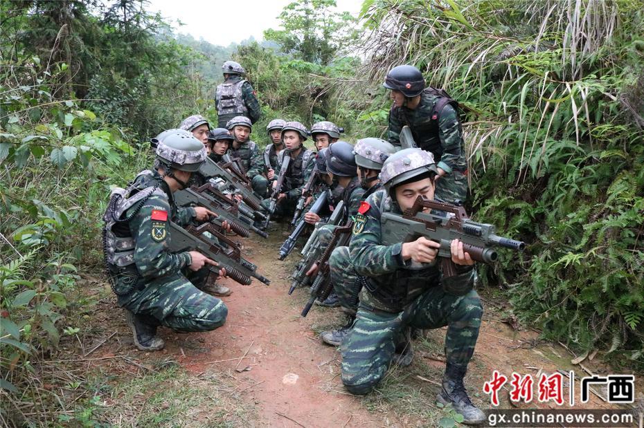 ?#34987;?#27494;警柳州特战队员极限训练