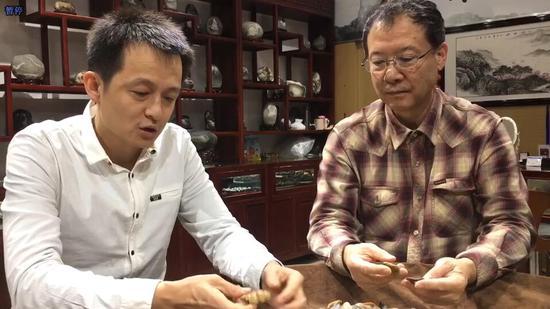 图为新疆石文化协会会长刘勇(右)与新疆石文化协会副会长黄江涛(左)在一起交流收藏石头的感受。 赵雅敏 摄