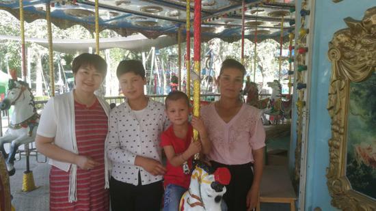 张琳带孩子在公园玩。