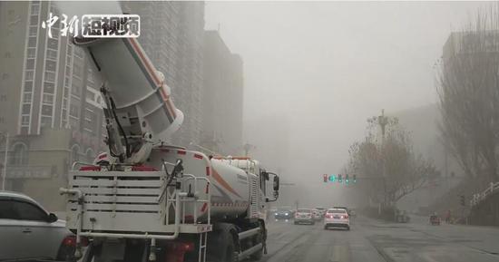喀什地区遭遇大面积沙尘天气 喷雾洒水车不间断工作洒水降尘