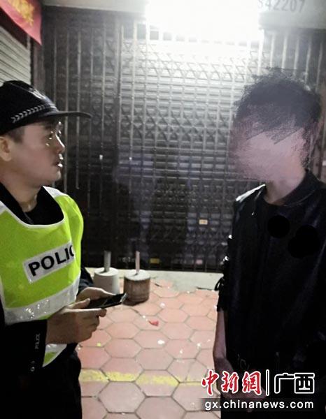 图为民警对涉事男子进行思想教育和心理疏导。警方供图