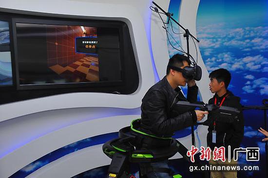 图为客户体验5G业务——AR远程全息通话,用户戴上AR眼镜就能实时看到远端的通话对象,仿佛通话对方就在身边。