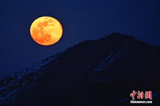 """新疆克拉玛依市""""超级月亮""""点亮夜空"""
