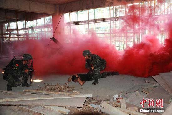 桂林武警特戰官兵開展實戰實彈實爆背景下的反劫持演練