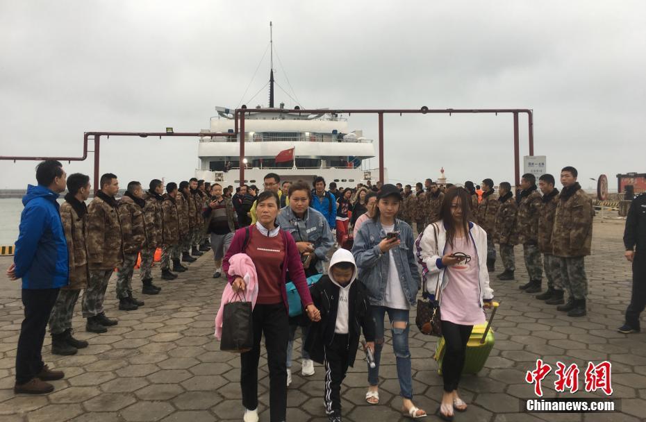 广西北海游轮搁浅10多个小时后 700多名旅客终上岸