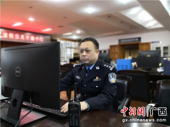 唐宇文在电脑前分析研判案情。曾亮 摄