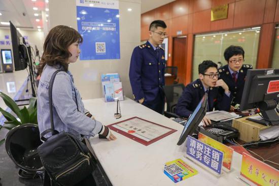 3月28日下午3時,林尤嫻就從企業開辦專窗拿到了營業執照、公章、發票等一套開業材料。 洞頭宣傳部供圖