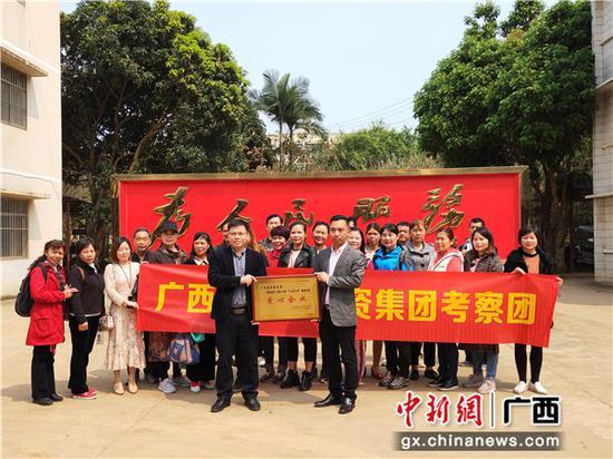 东门镇领导为爱心企业赠送牌匾。