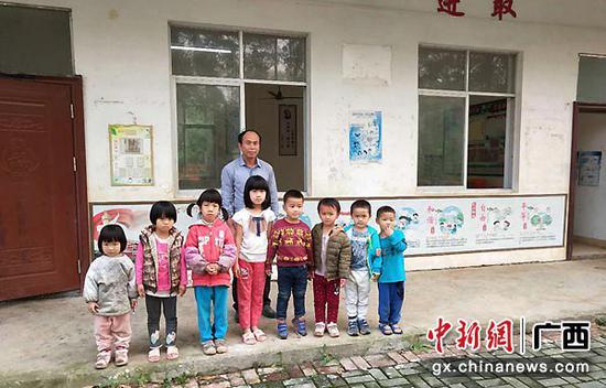图为李均卓与他的八个学生。