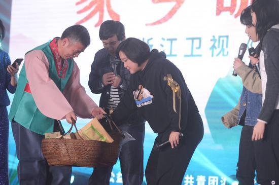 图为《王牌对王牌4》来到杭州市临安区天目山镇桂?#35760;?#26449;。浙江卫视供图