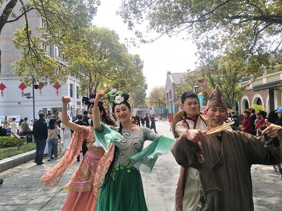 2019杭州茶文化博覽會暨西湖龍井開茶節上的快閃。施杭攝