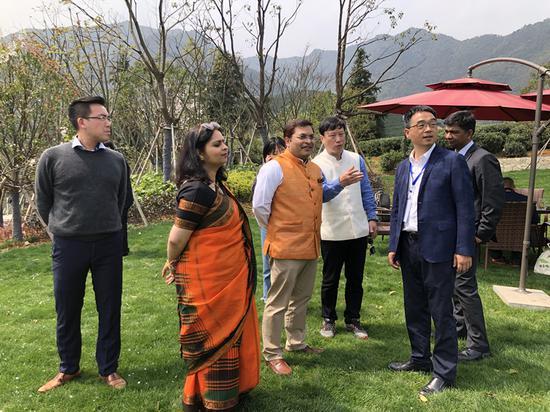 印度駐上海總領事瑞峰與龍塢茶鎮相關負責人交流。施杭攝