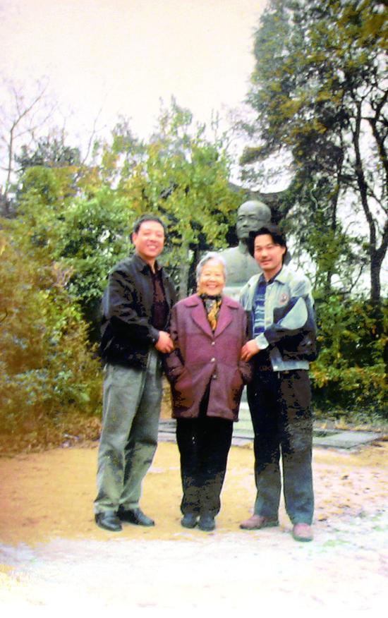 俞平伯之女20年前前來德清拜謁俞平伯銅像 朱煒 攝