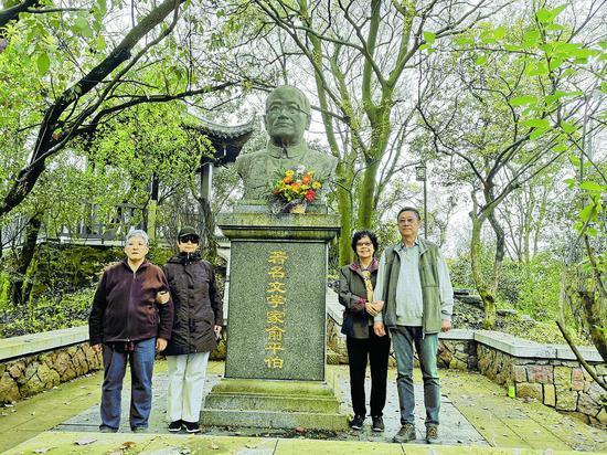 俞平伯的外孫女們在俞平伯紀念銅像前合影留念 沈曉顏 攝