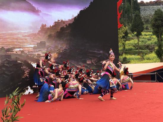 女子群舞《畬家女兒拍》 潘沁文 攝