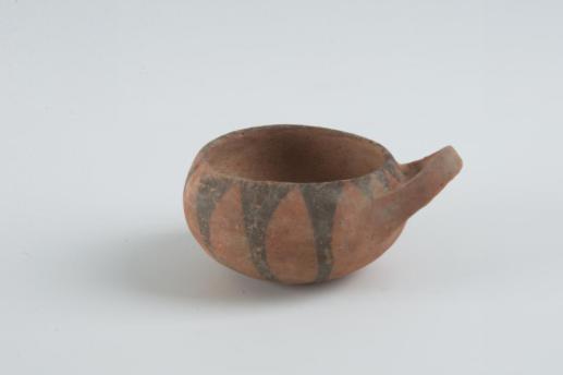 單耳彩陶碗。