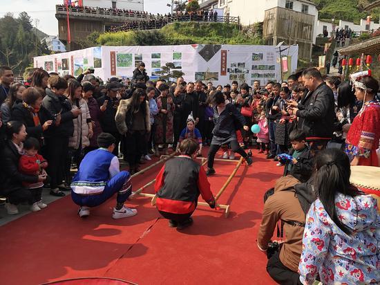游客體驗畬族傳統竹竿舞 潘沁文 攝