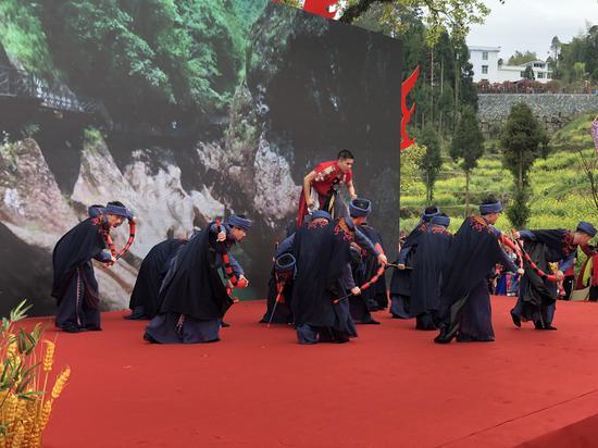男子群舞《山哈娃》 潘沁文 攝