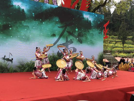 女子群舞《畬山春》 潘沁文 攝