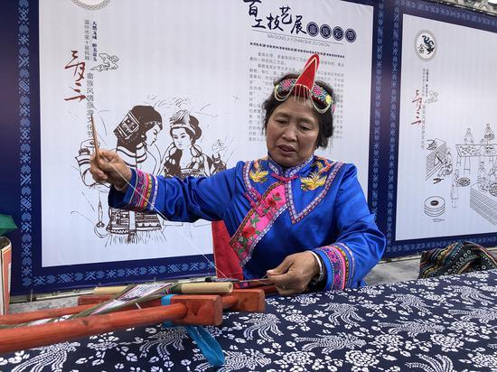 畬族婦女編織畬族彩帶 潘沁文 攝