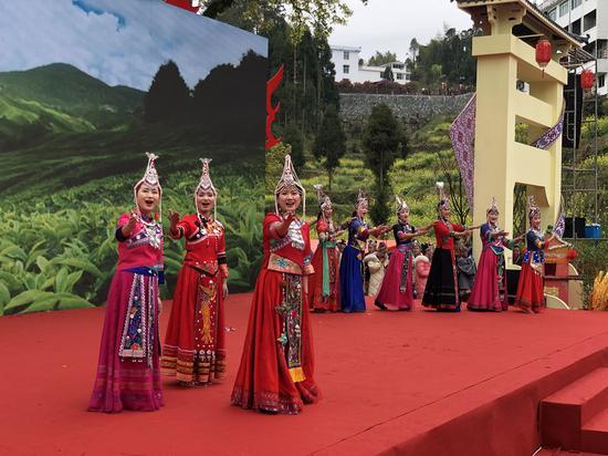 女子表演唱《喜鵲嶺茶歌》 潘沁文 攝
